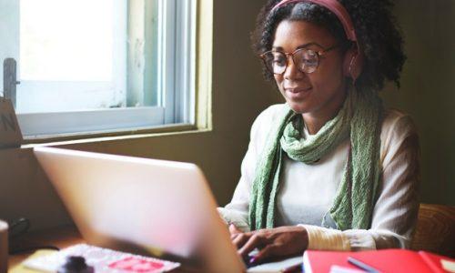 femme-casual-noire-travaillant-ordinateur_53876-31580